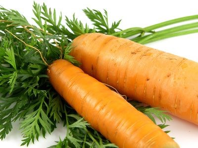 Scars caused by acne can be removed using a carrot mask. It's easy to do it and it is very effective, because these vegetable are rich in vitamin A, essential for reducing redness and skin care.