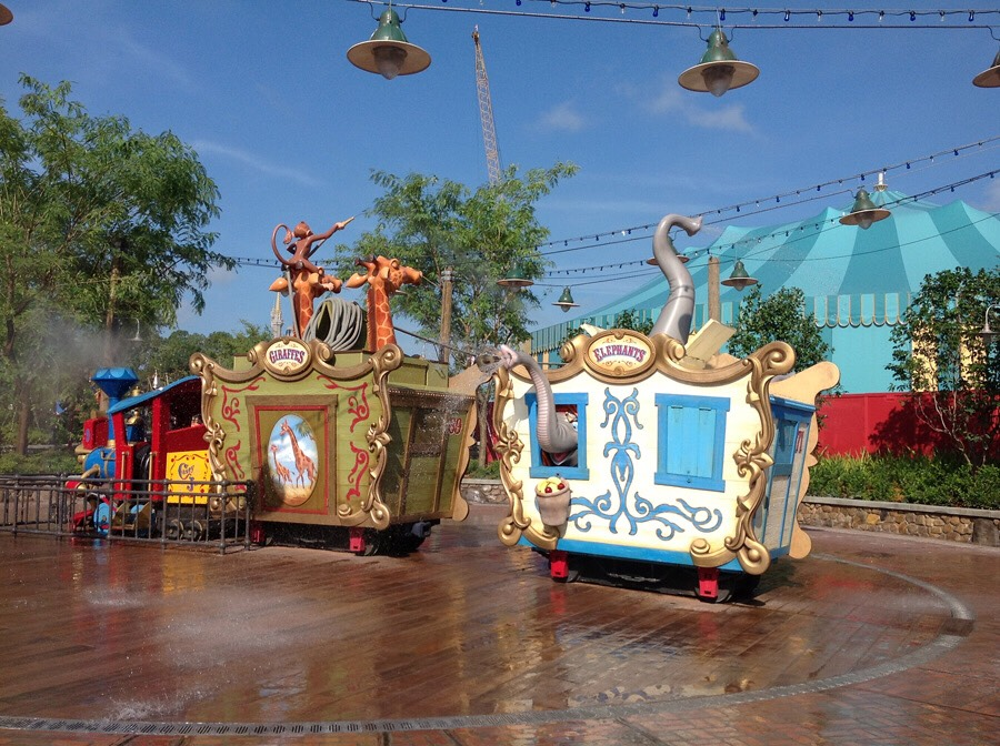 Casey Jr. Splash 'N' Soak Station A great way to cool off! This splash pad features circus fun, from spitting camels to spraying  elephants!💦  Height: Any FP+: No