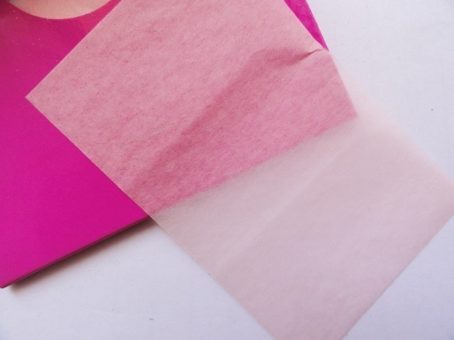8. Blotting paper Carry blotting paper in your purse for touch ups. Blotting paper absorbs excess oil on your skin without messing up your makeup. Hit the t-zone, forehead and nose, or wherever your face tends to oily.