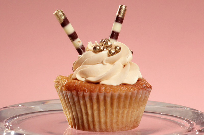 8.White Russian Cupcake.  Finally, a cupcake fit for the Dude.This isn't the easiest one, but man, this just has to taste amazing.  Mix equal parts gold dust with vodka to make an edible gold paint. Using a small round brush, paint the ends of the chocolate cigarettes.