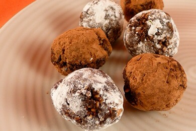 No-Bake Brownie Balls  (15 balls) 15 pitted dates 2/3 cup cocoa powder (plus extra for dusting) 1 cup roasted almonds (no salt added) 1 tablespoon honey 2 tablespoons water confectioner's sugar (optional)  👉