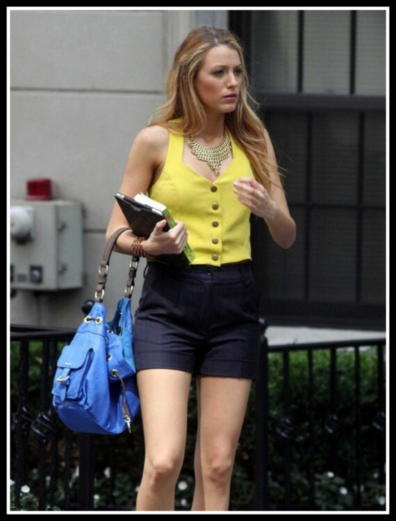 Bright yellow buttoned tank top vest, high waisted black shorts and a bright blue bag. Who said you can't have two bold colours?? Blake Lively is teaching us how to be more bold. Wear this on a sunny day! 🌞