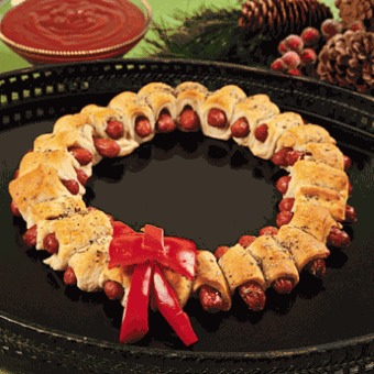 3.Wrap one strip of dough around each mini sausage. Lay out the crescent-wrapped sausages with their sides touching on an ungreased cookie sheet in a circle forming a wreath shape.