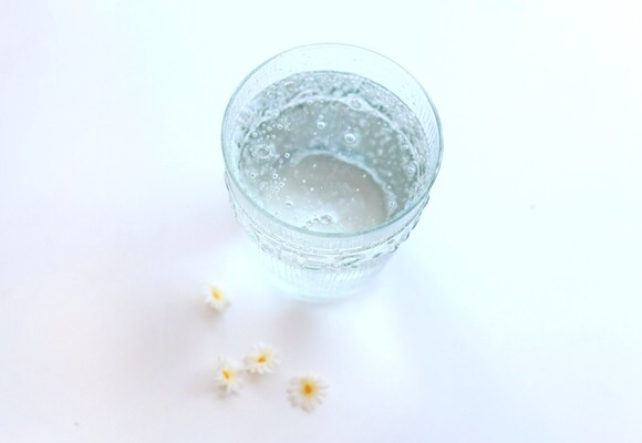 Carbonated Water Rinse The simplest and easiest method is a carbonated water rinse. After washing your hair, give it a final rinse with carbonated water. The low pH level in carbonated water helps to reduce frizz, similarly to apple cider vinegar.