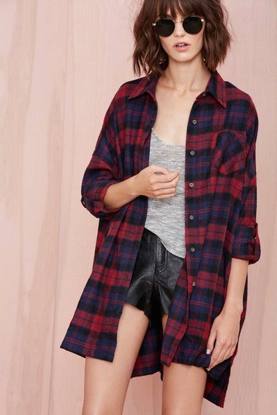 An Oversized Flannel This might require a trip to the men's section but an oversized flannel is key for long hours in the library and Sunday morning brunch on campus. Keep it unbuttoned with a fitted tee or tank underneath, as seen here.