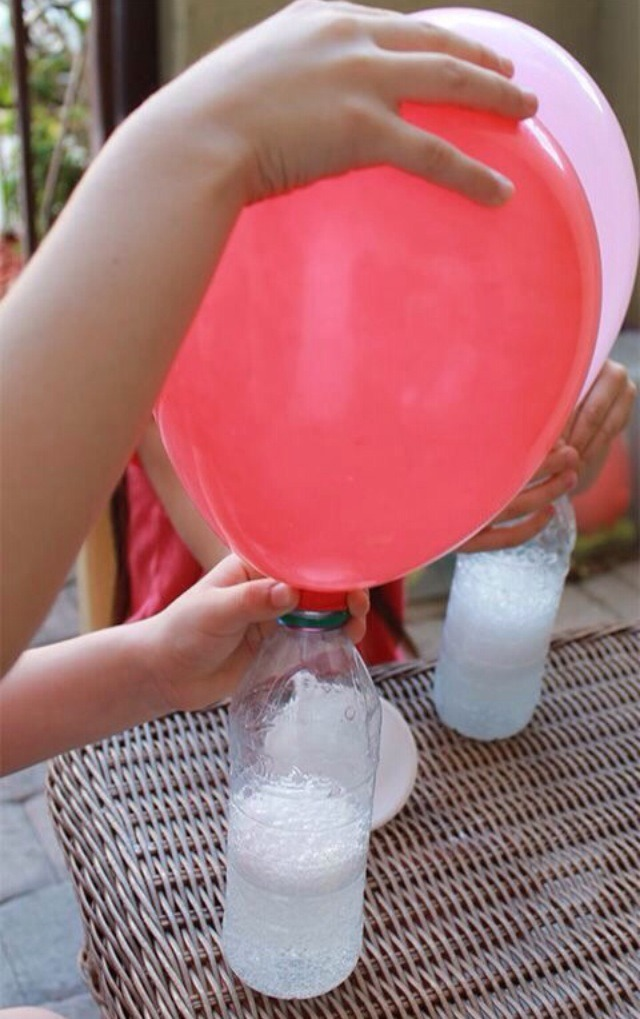 Shake up baking soda and vinegar in a plastic bottle, then simply add a balloon on top and bam 🎈
