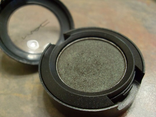 Club- Club is a dual chrome eye shadow, which reflects red brown along with green effects, making it very wearable.