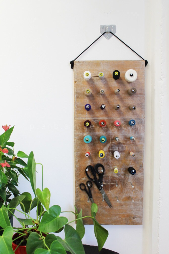 I have always kept all my thread bobbins in a wooden box, but having so many, they always end up tangled and it is a waste of time to start looking for the color I want. So I created a DIY thread hanger, easy and quick to make. Here's how;
