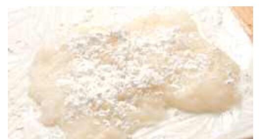 Put the batter on top of the plastified chopping board and sprinkle more cornstarch and let it cool down. Deposer la pate sur la planche plastifiée soupoudrer de maïzena et laisser refroidir.