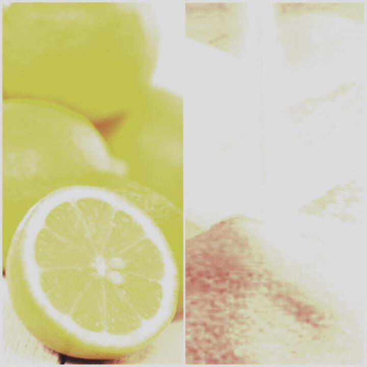 Toma el limon y exprimelo en Un pequeño recipiente despues añadele una cucharadita pequeña de azucar hasta que la sustancia sea espesa.