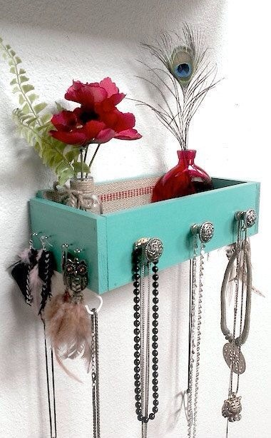 Hang an old drawer to the wall and it instantly becomes a cute little shelf with key or jewelery hanging knobs 👍👍