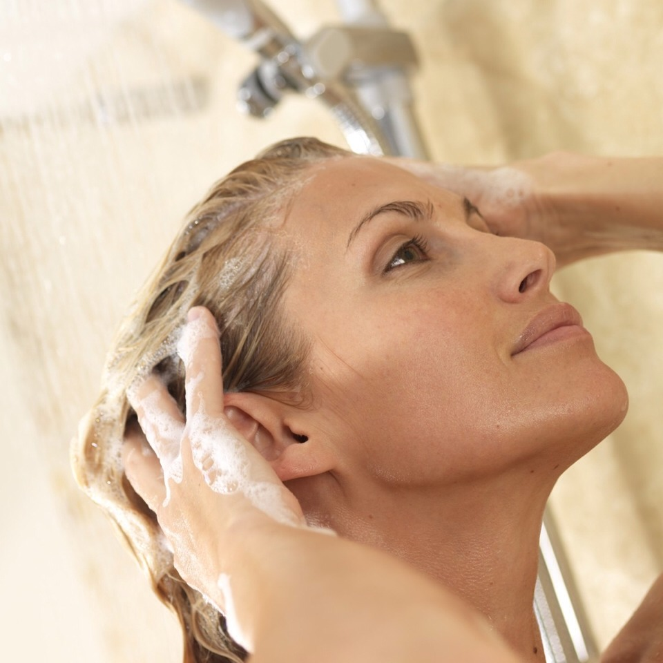 Step 1 Wash your hair every day. While shampooing your hair so often may dry it out, it's likely that an oily scalp is causing your forehead breakouts. Your pimples may even worsen if your hair rests on your forehead. If you pull your hair back into a ponytail, you could see an improvement.