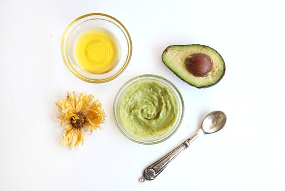 Avocado & Olive Oil Mask Mash up the avocado and add a splash of olive oil, whipping the two together. After shampooing your hair, apply the avocado mask to your hair, making sure to fully cover all of your hair. Let sit for 30 minutes to an hour, and rinse thoroughly. Use conditioner if need too.