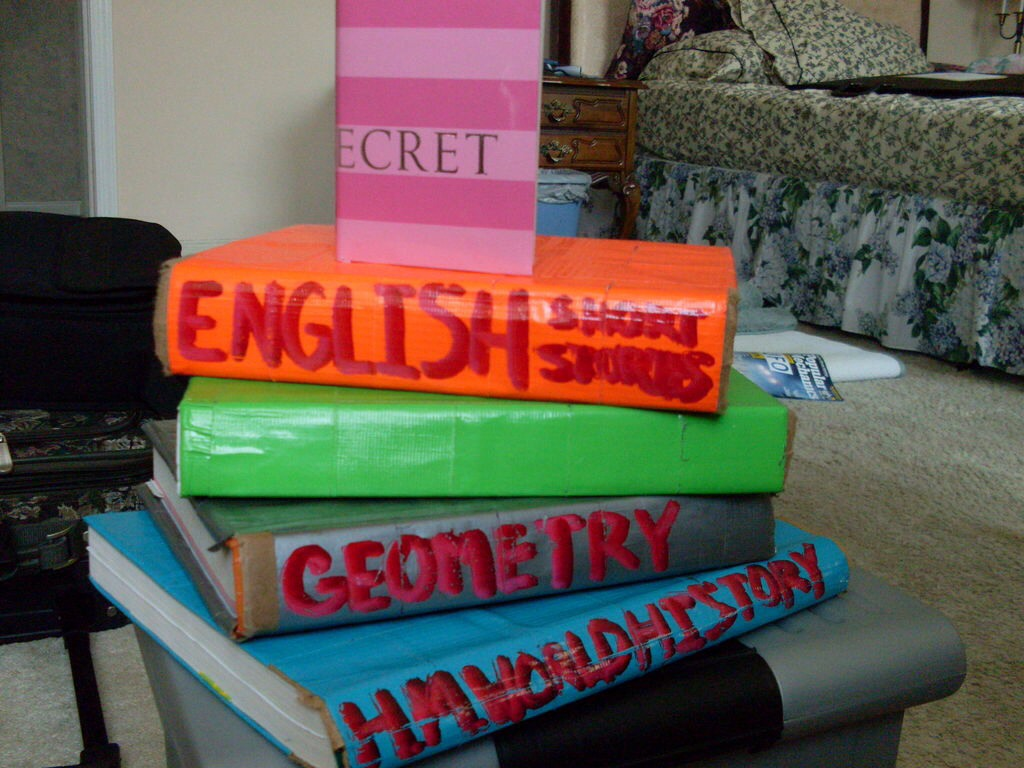 Decorate school books or binders 👣