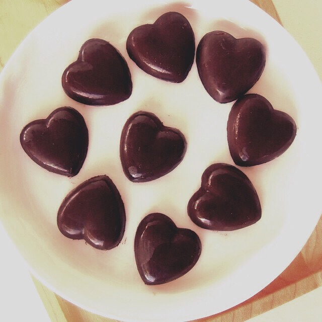 No you're not seeing things I did say these are healthy CHOCOLATE!!  These cute chocolate hearts are 100% raw! You don't have to suffer through your diet you can have chocolate and still be eating clean!?