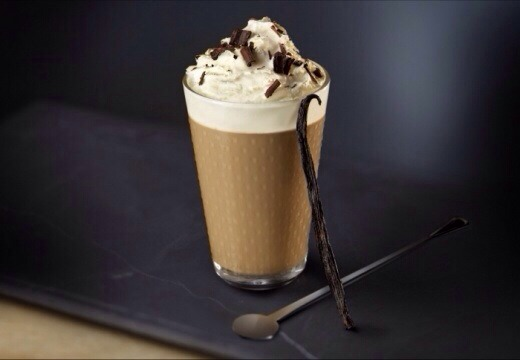 ~Prepare the milk froth with the milk frother or the steampipe ~Pour 3 spoons of the vanilla syrup into the glass ~Pour the 40ml of espresso on top and stir ~Pour the milk froth on top Finish with some chantilly and chocolate