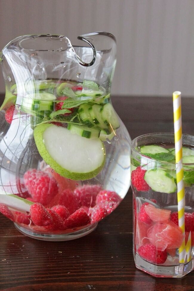 Detox water is a great way to lose weight! Just fill up a bottle with whatever fresh fruit you can think of, and leave it over night for the flavours to soak into the water 🍓🍏