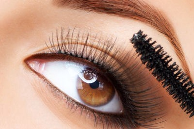 4• You only put mascara on one side of your lashes.  If you curly your lashes and then just apply mascara on outward-facing side of your lashes, you instantly lose the curl because of the weight of your lashes. Be sure to apply some on the top of your lashes to balance the weight and hold that curl.