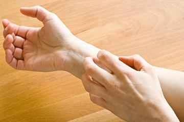 Relieve itchy skin. Dry skin often leads to itchy skin, but scratching can make dry skin worse, and even damage the skin