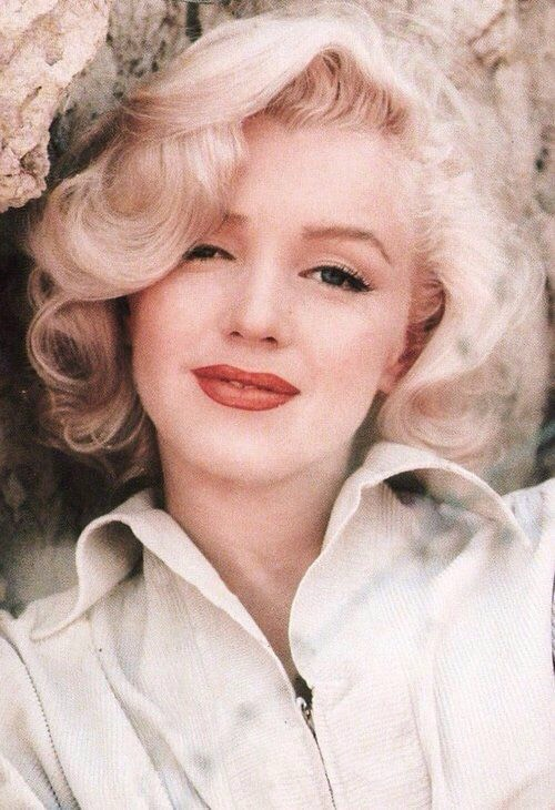 We all know Marilyn's beauty and how amazing she was but do you know how to look as good as her? Well here's you chance on how to get her makeup look as stunning on her on you x