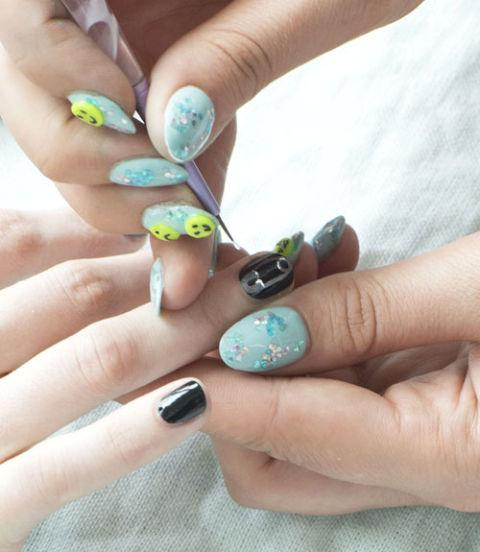 Once the lacquer has set, go in with a white polish and highlight the ends of the paperclip to give it a shiny effect.