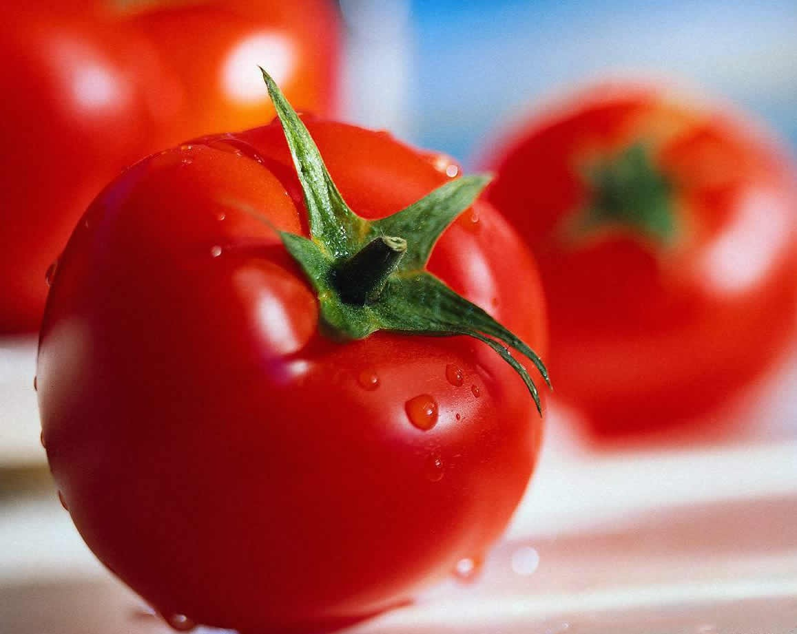 Take a tomato and cut it into thick slices. Allow the juice and seeds to drain and then mash the pulp with a fork. Apply it to face, cover it with a warm washcloth.. Sit for 15mins then wash with cold water to close the pores.