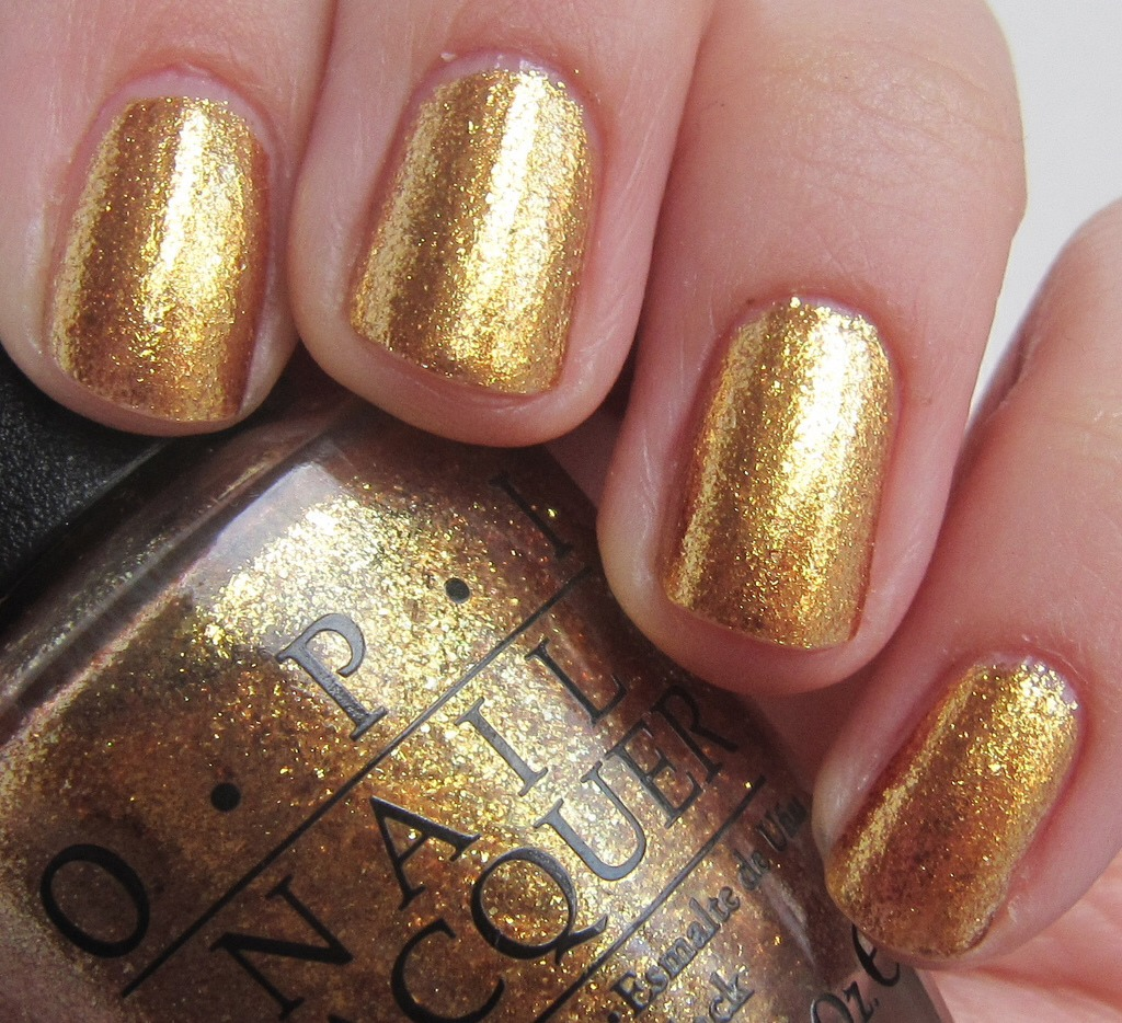 I really love gold nailpolish as it reminds me of warm summer nights and is perfect in summer to wear out in the evening.