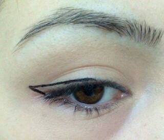 Connect the end of the first line to the middle of your eyelid