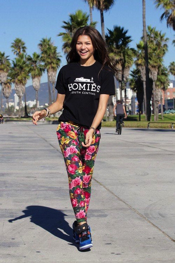 Floral pants, and a black shirt? I never knew these two could go together! This just shows us that fashion is about expressing yourself and if you're a tough chick like Zendaya... You better show it. 💪