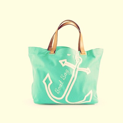 Third idea is Beach bags 🚣💦 it's not a wrong thing for a girl to have a beautiful beach bag so buy her one