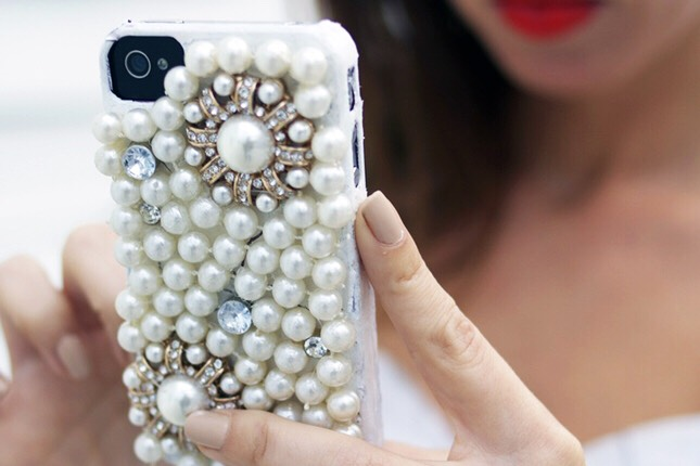 11. Pearl Case: On the insanely girly end of the spectrum, we have a case that any material girl would love to rock. Using old  clip ons and costume pearls, this bulky case can be all yours. It might be on the too-far end of the spectrum but we have to give props for getting seriously girly.