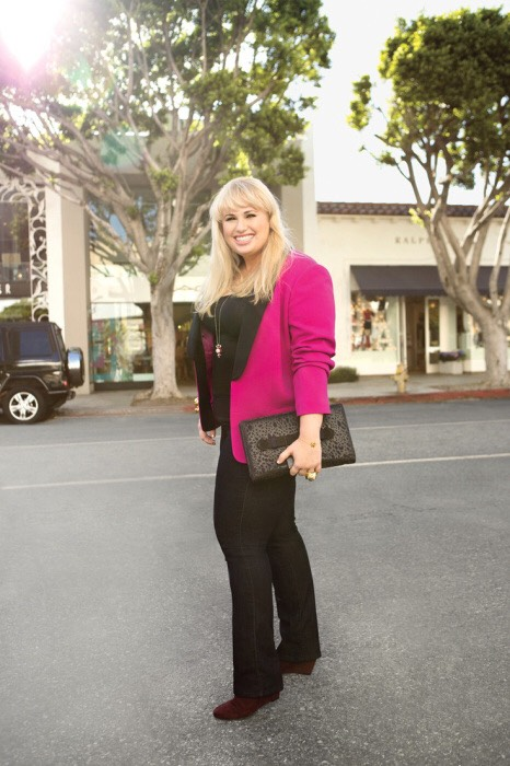 Black top, black jeans, burgundy wedges and a bright pink blazer. Talk about Meeting in Style. I'm sure Rebel Wilson got whatever deal she was making.😎