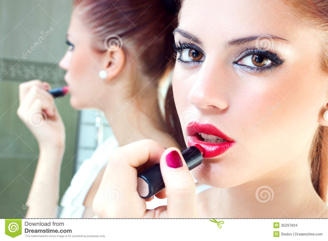 7. Start in the middle. Begin applying lipstick at the center of your lips and move outward. That way, you'll be less shaky when it comes to the outer lines of your lips. Less shaky = less mistakes.