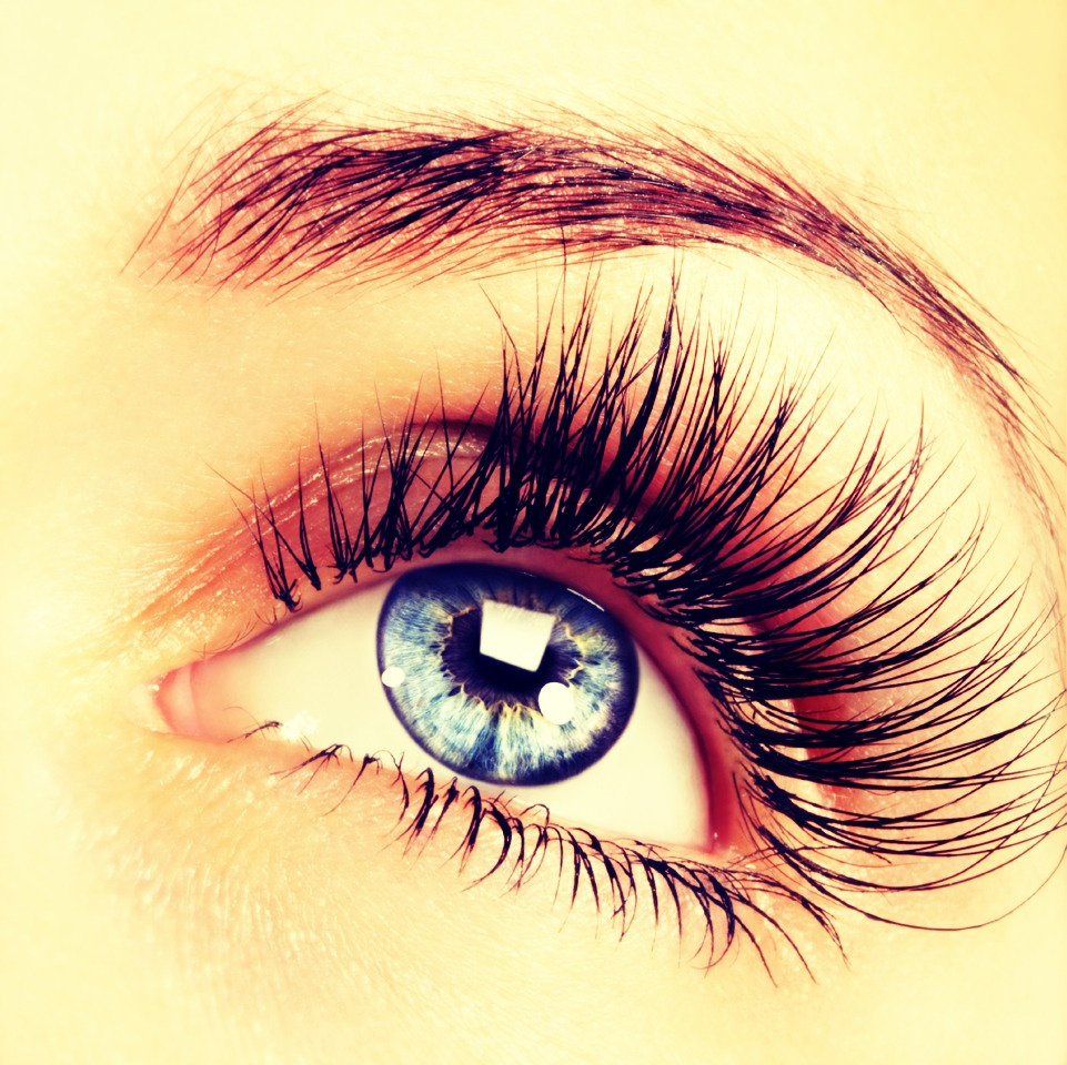 Use your tweezers to separate your eyelashes as soon as you apply mascara, will give you the fake eyelash look :)