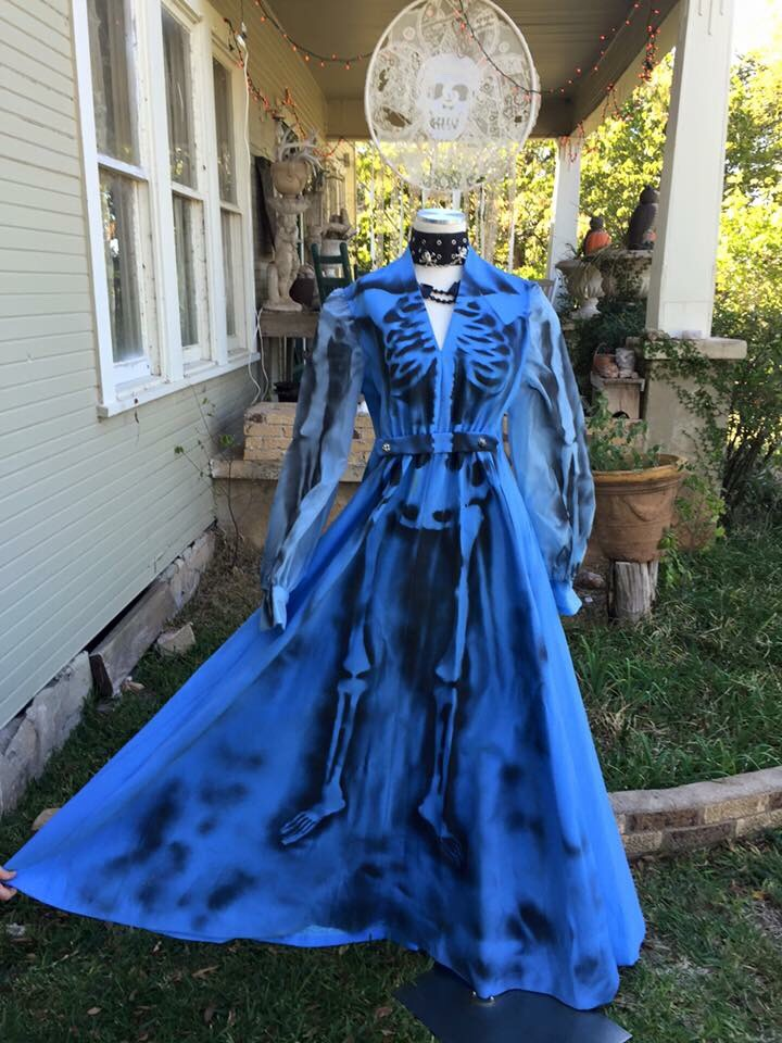 Such a beautiful Halloween dress👗💙  Use any old vintage dress, you'll need an skeleton full body stencil ,and fabric paint or spray paint.