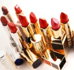 Regardless of your skin tone, there is one shade of red that looks beautiful on everyone. If you want to throw caution to the wind, buy on impulse, or just know which red will work without any effort, then you are in the market for a color known as a true red.