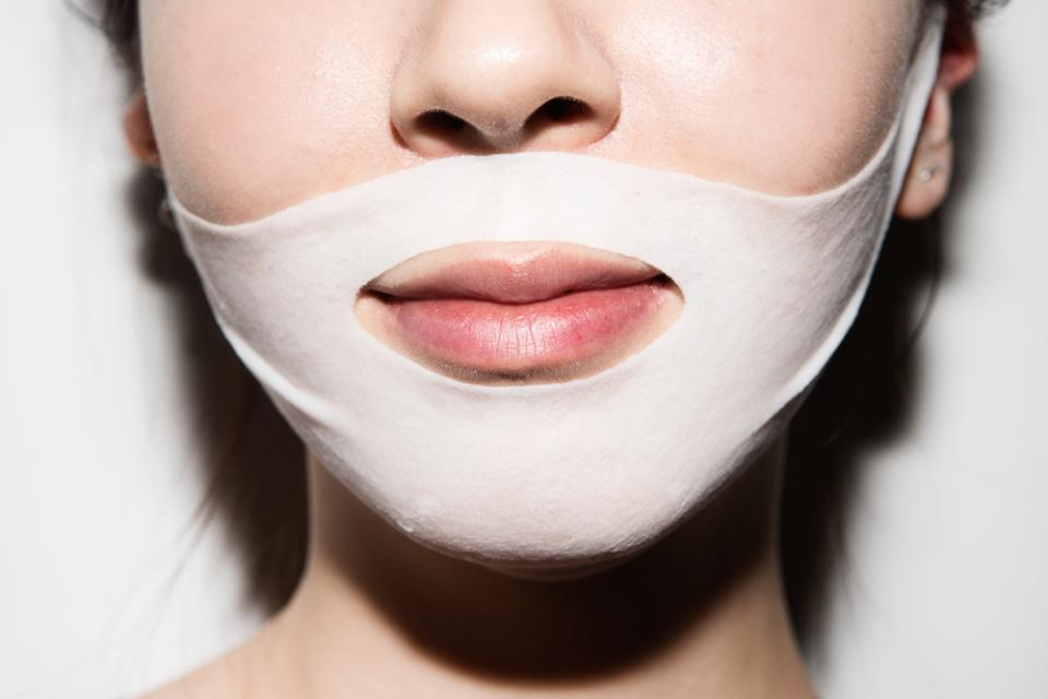 # 2: Cotton masksThese masksadhere to the skin a lot better than paper ones, and they also stay moist longer; we're talking about 15-20 minutes. Five minutes' difference might not sound like much, but it's actually a lot when it comes to masks.