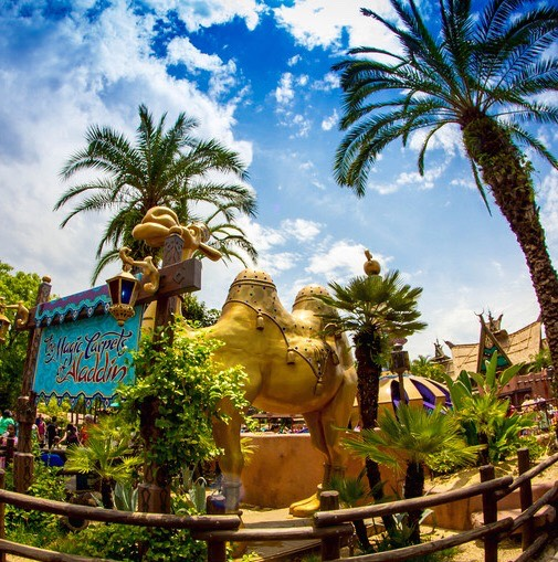 The camel outside of Magic Carpets of Aladdin that spits at guests is actually operated by a man who judges if he can hit suspecting guests!💦