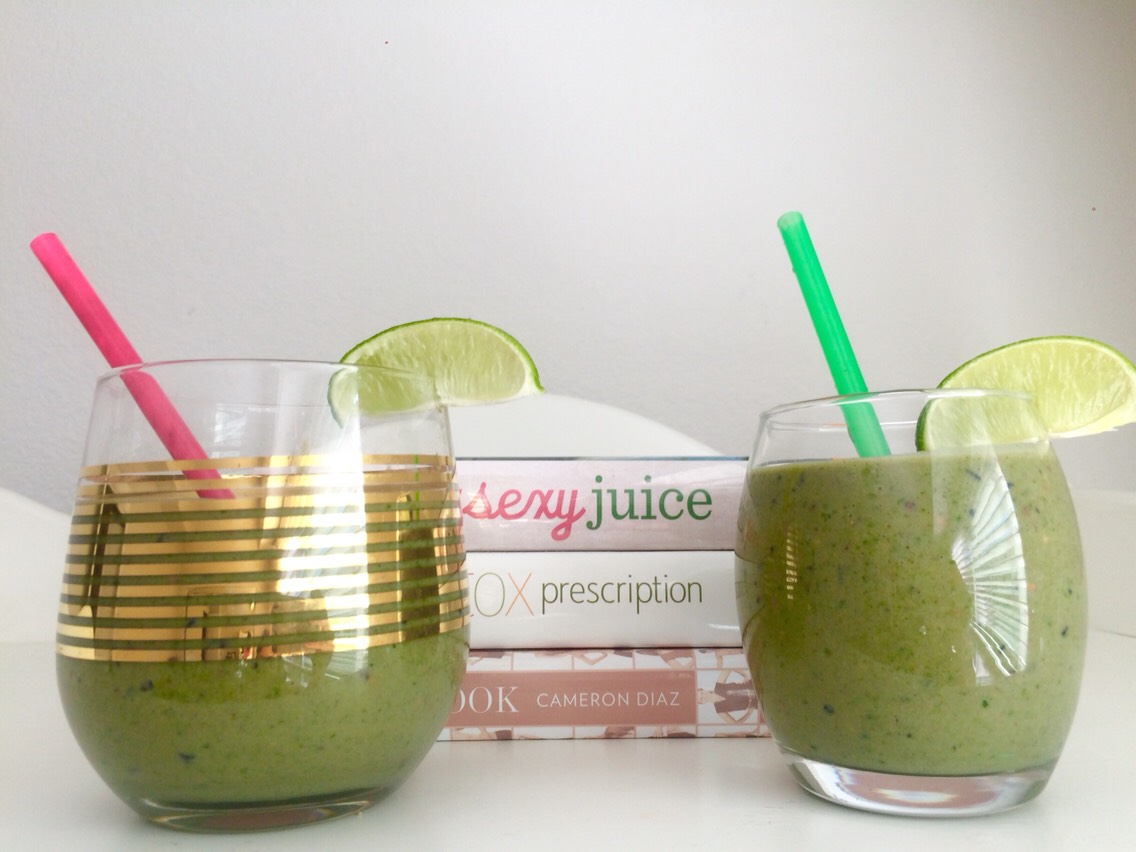 Ingredients: Spinach  Vega protein powder  Cocoa nibs Ice cubes Peppermint extract  Chlorella  Unsweetened vanilla almond milk