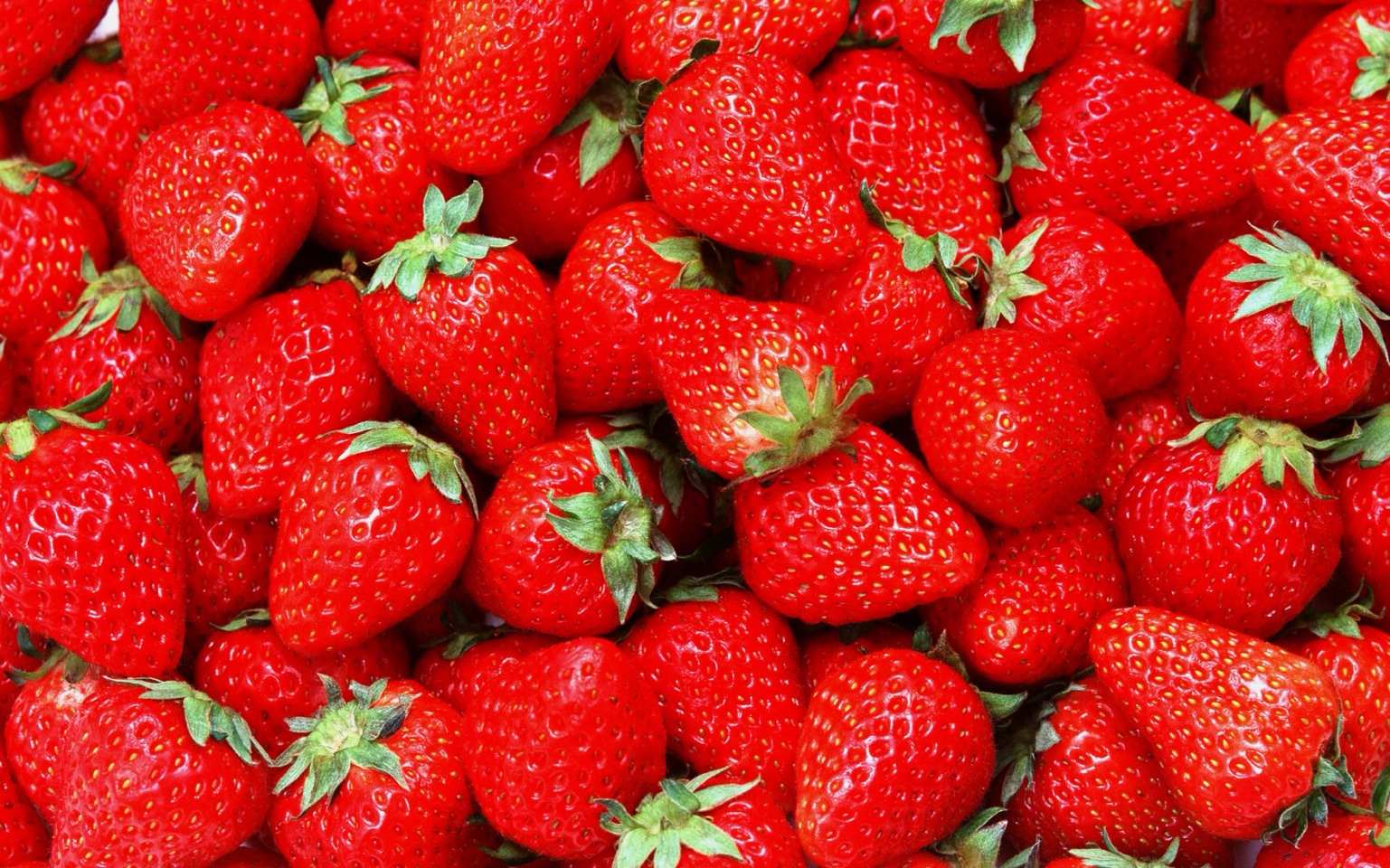 4-6 strawberries, depends on how sweet you would like it. You can cut off leaves it doesn't really matter it's going to get blended.