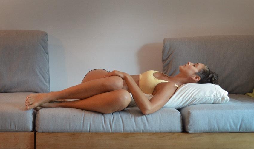 Муж снимает свою жену как та раздвигает ноги на диване
