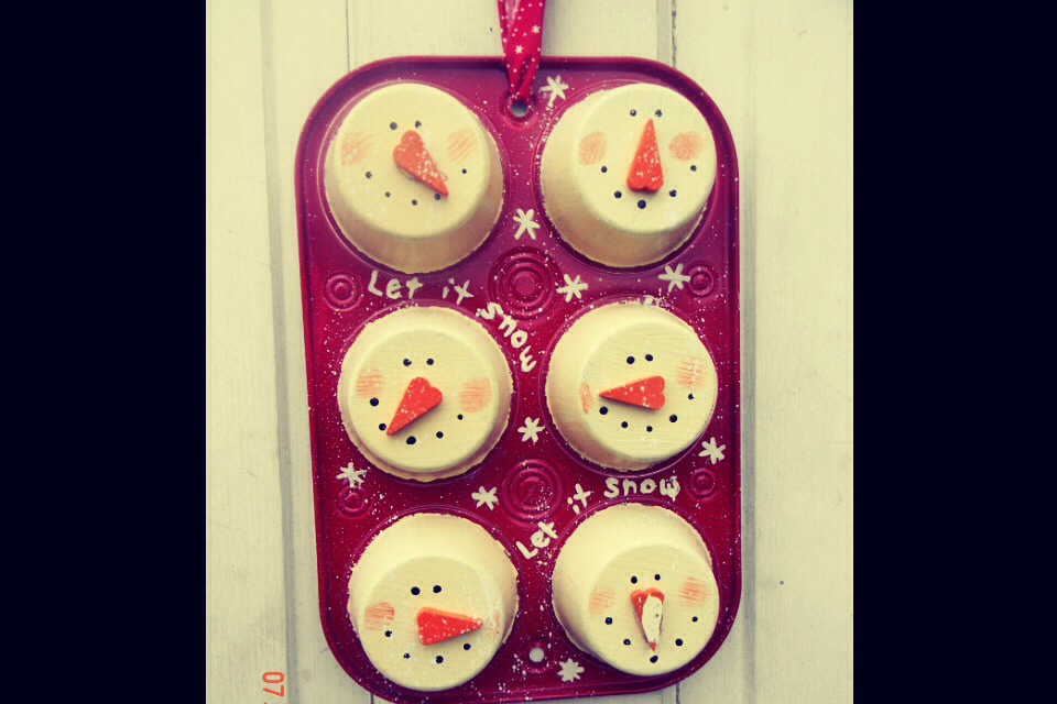 So cute for winter!!! Just use an old cupcake pan and paint!! So adorable right?!