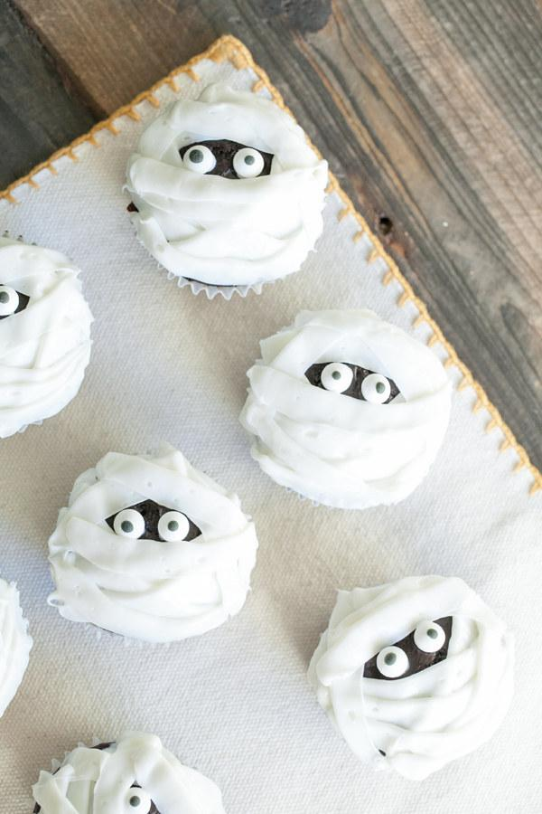 Recipe: http://sugarandcharm.com/2012/10/chocolate-and-vanilla-mummy-cupcakes.html/