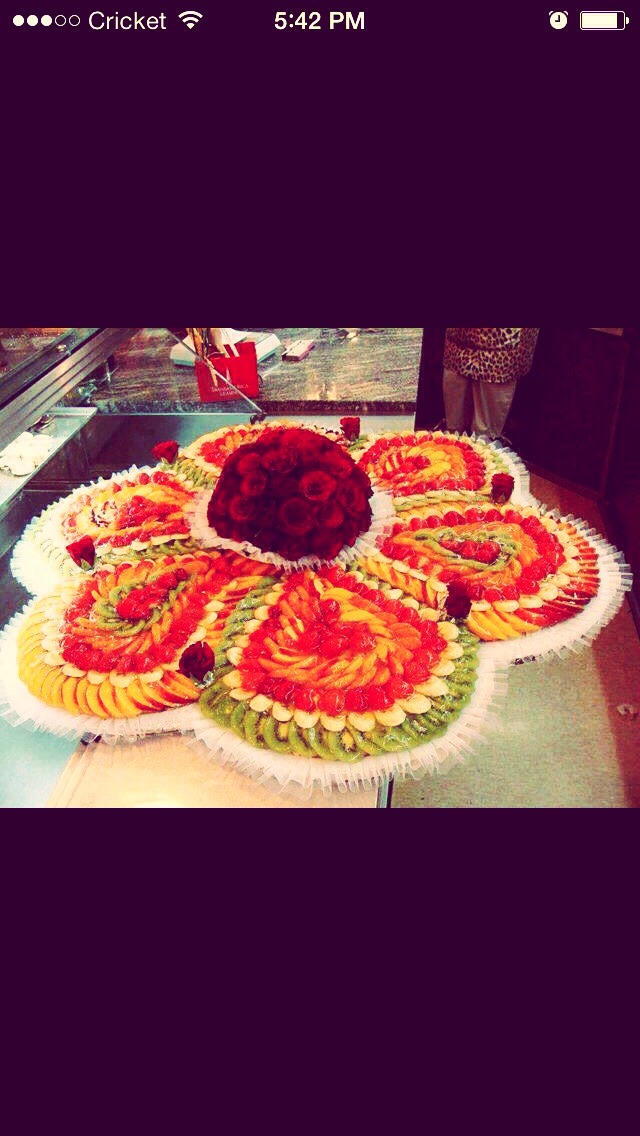 Slice desired fruit n put it around your favorite center piece !!!just healthy geaorgeouas