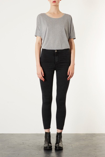 A pair of black jeans as they match pretty much everything, look stylish and are great with nearly any footwear👖
