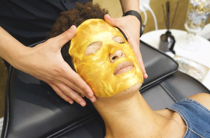 Enter your new mask soulmate: the Musely Sleeping Beauty Gold Facial mask. When you use this gold mask, you get ridiculously glowy skin.We designed, made, and tested our hydrogel for overnight wear, so it can deliver moisture to skin for more than 8 hours.Get glowing now – click here to purchase the Musely Gold Facial Mask