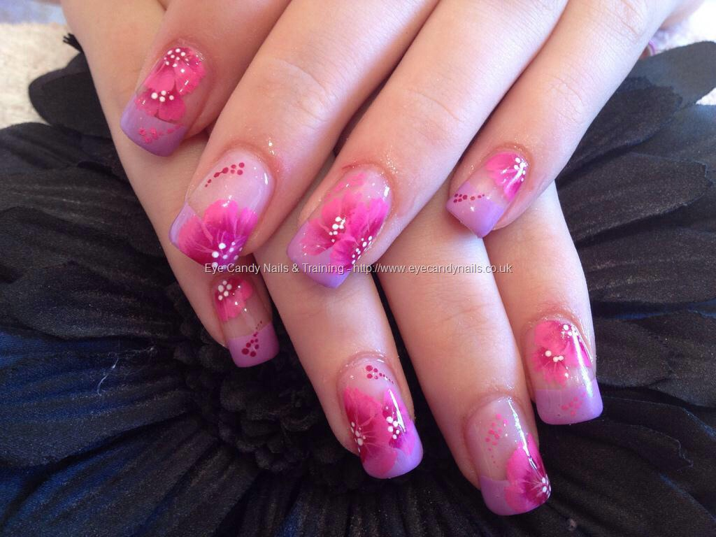 A floral pattern is always a stunning design for nails 🌸