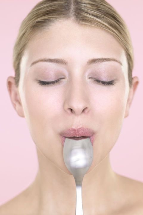 Reply on a spoon  Master trick makeup techniques like contouring, apply mascara without making a mess, And more with a simple spoon.