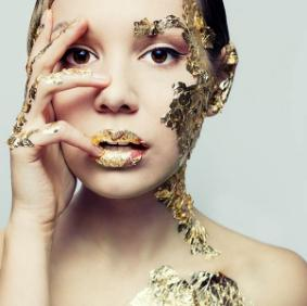 KEY INGREDIENTSGold is used to help skin look visibly younger and radiant. Among various benefits, gold slows collagen depletion and the breakdown of elastin to prevent sagging skin. It also stimulates cellular growth to regenerate healthy, firm skin cells and provide a visible tightening effect.