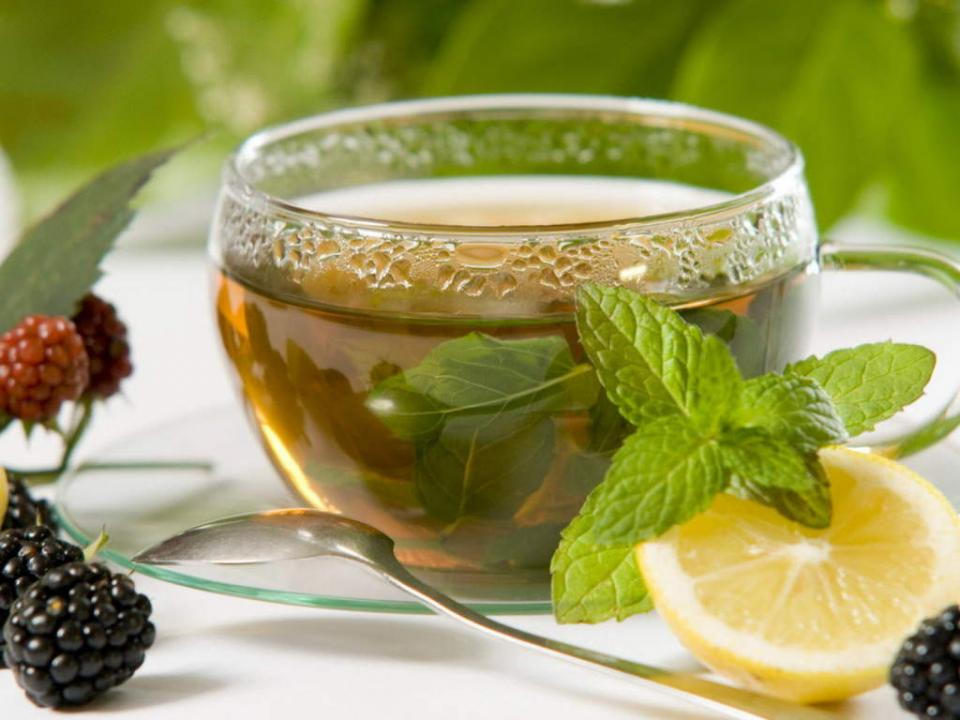 Herbal Tea: Ingredients •    Fresh mint •    Cayenne pepper •    Berry •    Water •    Yarrow root Combine all ingredients together and bring water to boil. Drink this tea at least twice daily. Herbal tea helps loosen clogged mucus in nasal cavity and bring instant relief.